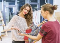 proceso de compra en tienda de ropa