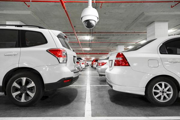 cámara de vigilancia CCTV en un garaje comunitario