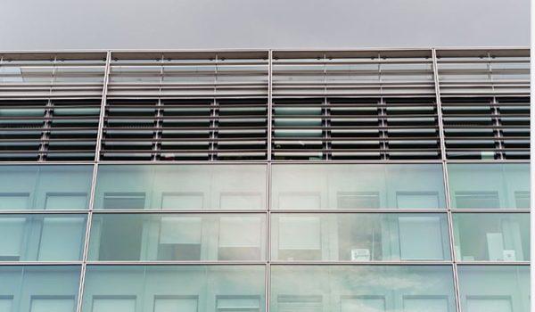 persiana de metal y vidrio